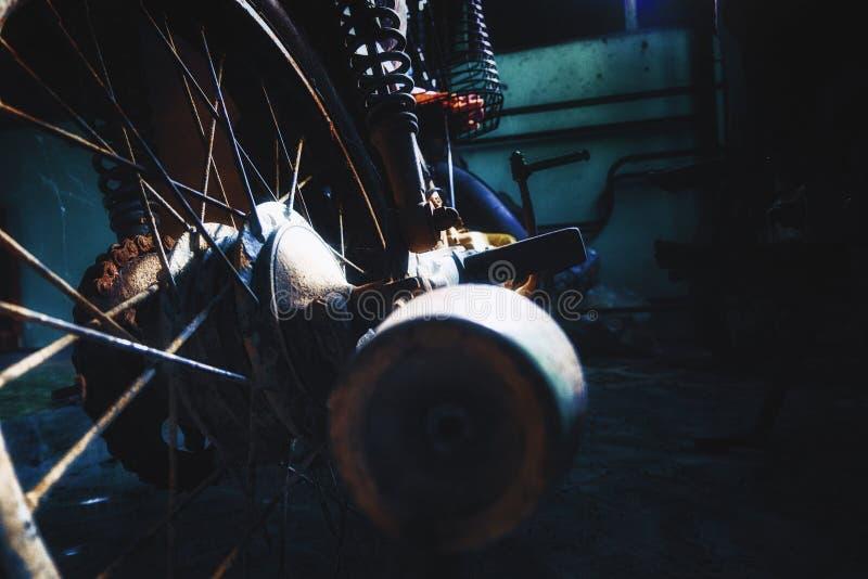 Ржавый старый мотоцикл под нижним светом шум, зерно и световой эффект стоковые изображения rf