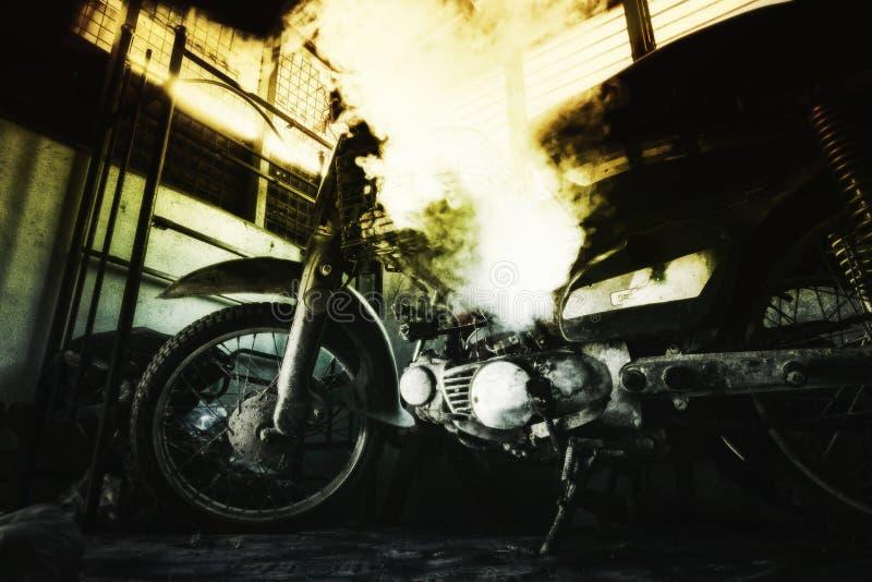Ржавый старый мотоцикл под нижним светом шум, зерно и световой эффект стоковое изображение