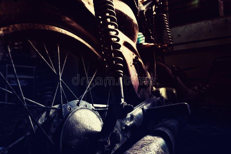 Ржавый старый мотоцикл под нижним светом шум, зерно и световой эффект стоковое фото