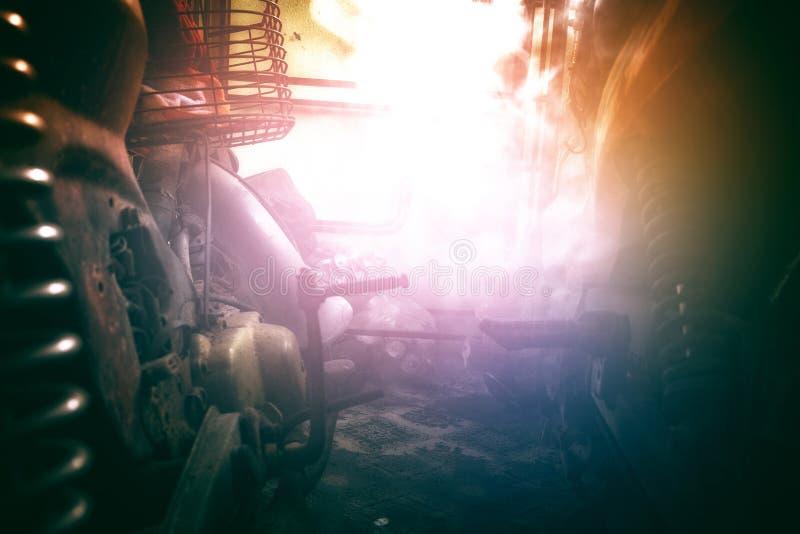 Ржавый старый мотоцикл под нижним светом шум, зерно и световой эффект стоковые фото