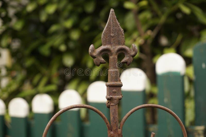 Ржавый старый шип загородки в саде стоковое изображение rf