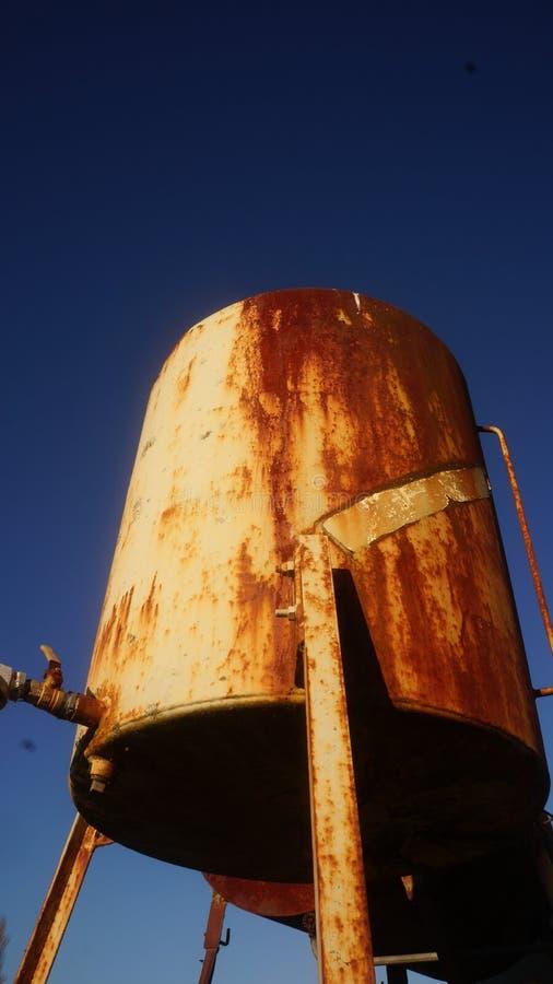 Ржавый топливный бак дизельного топлива на ферме стоковое изображение rf