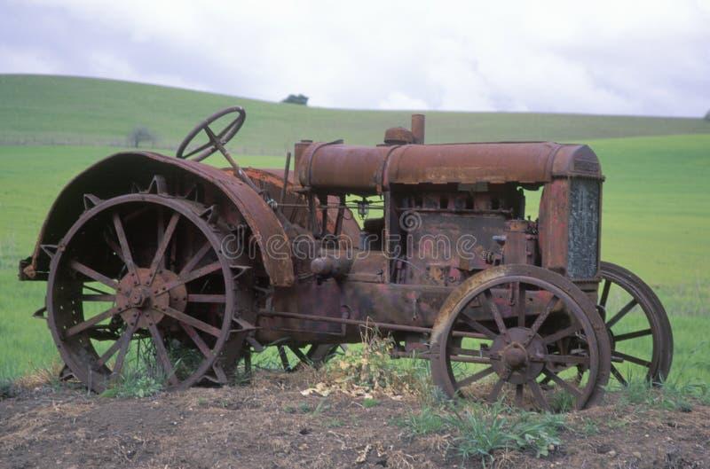 Ржавый трактор около Paso Robles, CA стоковые фото