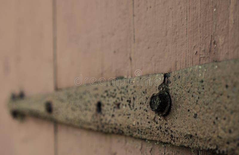 Ржавый шарнир двери амбара стоковые фотографии rf