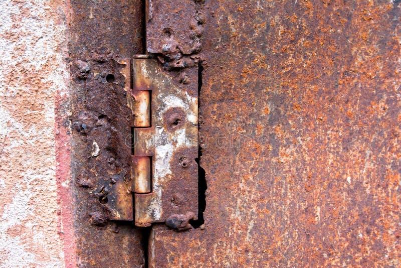Ржавый шарнир сварил сталь на ржавой предпосылке текстуры двери металла стоковое фото rf