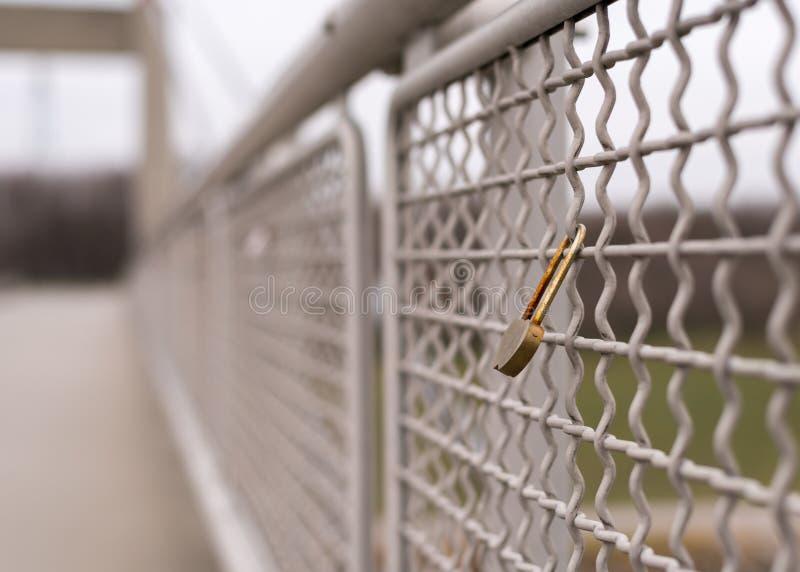 Ржавый padlock влюбленности запертый к мосту стоковое изображение rf