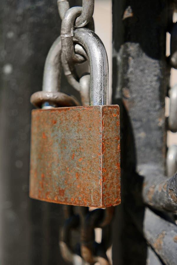 Ржавый padlock с цепью на изображении крупного плана строба металла, концепцией правоохранительных органов тюрьмы стоковые изображения rf