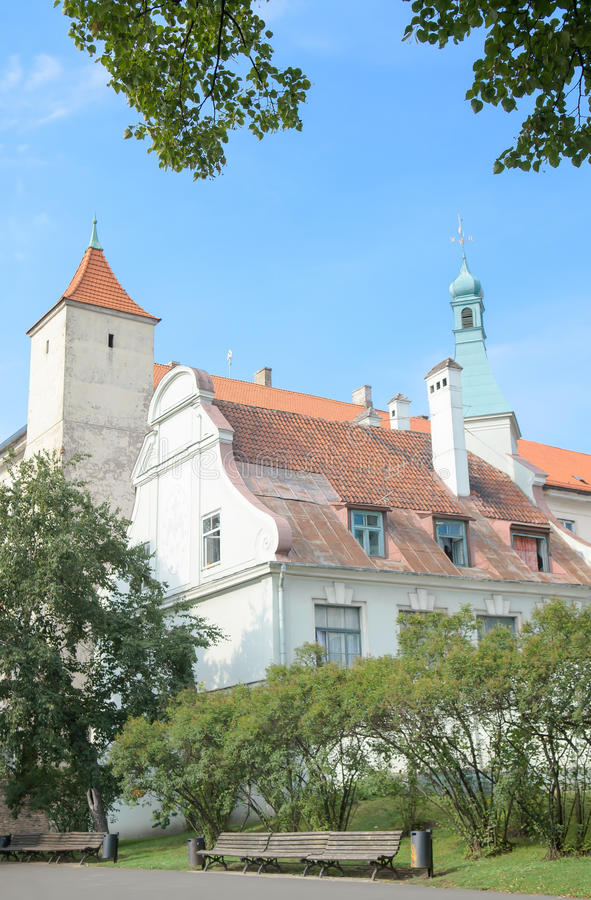 Рига, Латвия - 10-ое августа 2014 - живописный взгляд замка Риги (резиденции президента Латвии) с девственницей Angu стоковые фотографии rf