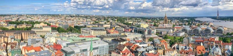 РИГА, ЛАТВИЯ - 7-ОЕ ИЮЛЯ 2017: Вид с воздуха Риги панорамный от roo стоковые фото