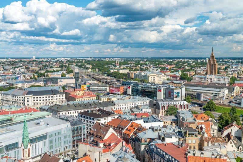 РИГА, ЛАТВИЯ - 7-ОЕ ИЮЛЯ 2017: Панорамный воздушный вид на город Рига на стоковое изображение