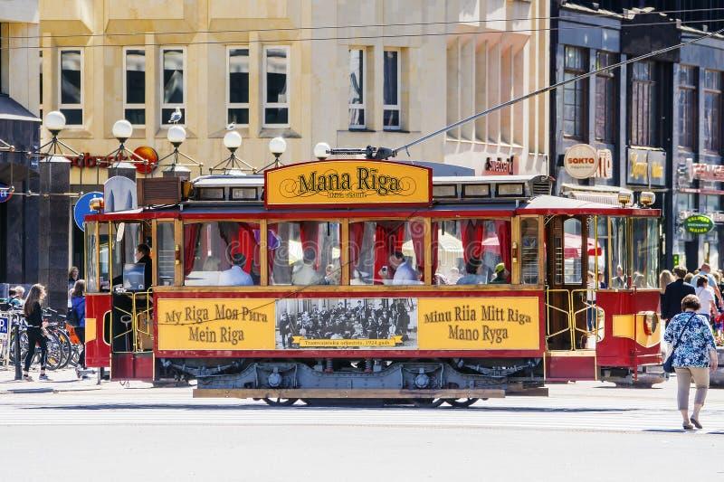 РИГА, ЛАТВИЯ 11-ОЕ ИЮЛЯ 2017: старый ретро трамвай на улице старого r стоковая фотография