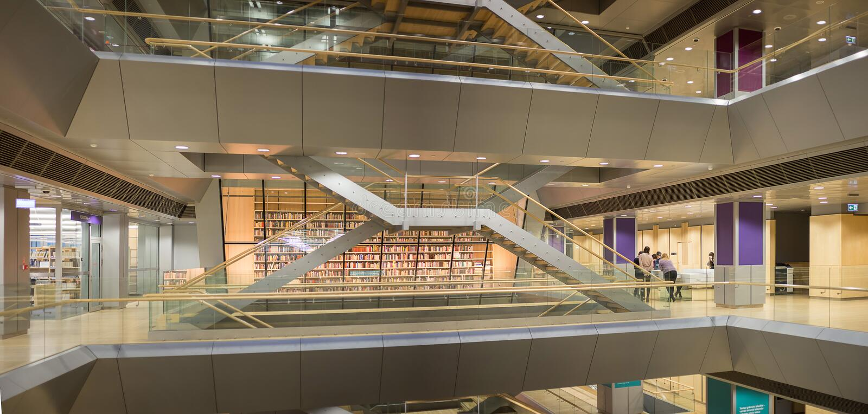 РИГА, ЛАТВИЯ - январь 2018: Внутренний космос латышской национальной библиотеки стоковое фото rf