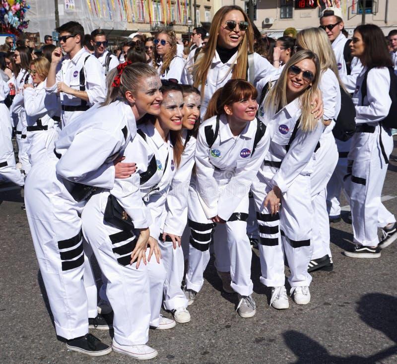 Риека, Хорватия, 3-ье марта 2019 Группа в составе молодые представления студента на масленицу в хорватском городке Риеки стоковое изображение rf