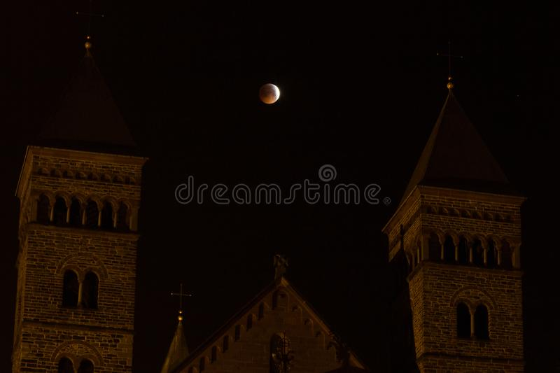 Римская церковь с выше затмением луны стоковое изображение
