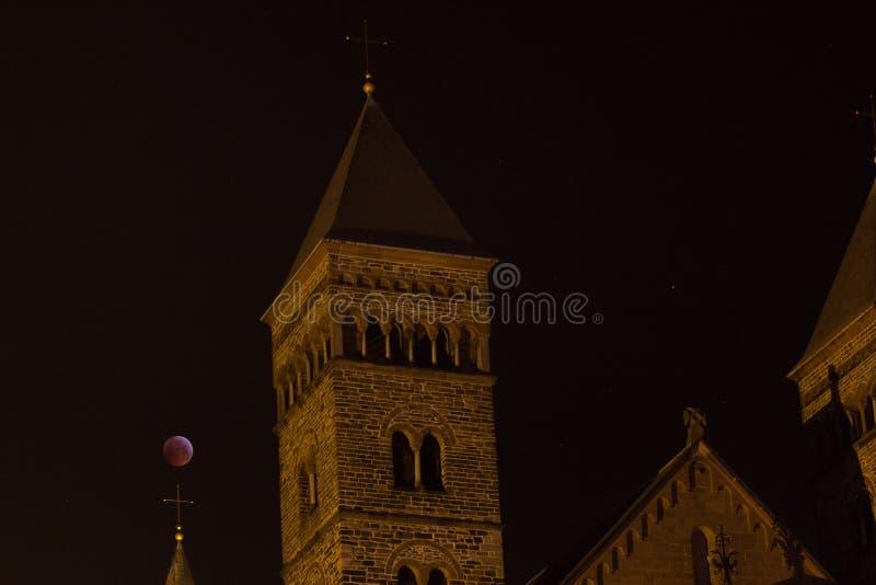 Римская церковь с eclips луны над крестом стоковое фото