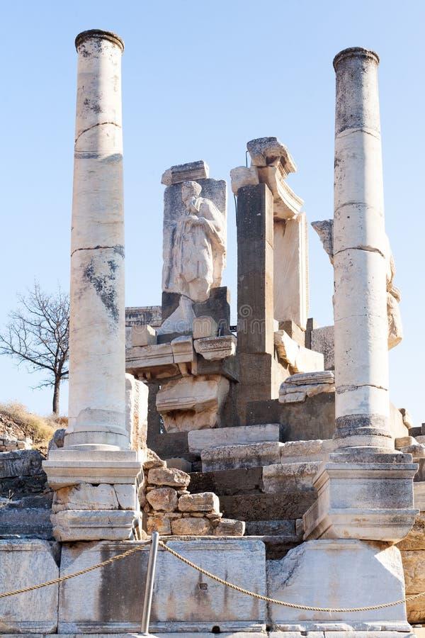 Римские каменные штендеры и комната руин статуи и алтара в ephesus a стоковые фотографии rf