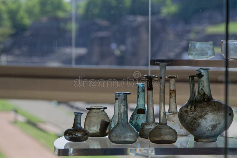Римские получатели в музее Lugdunum стоковое изображение