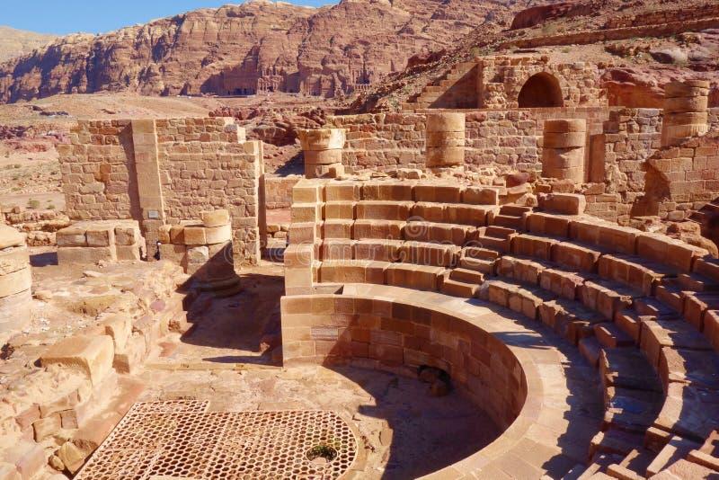 Римские столбцы большого комплекса виска в городе Petra розовом, Джордане Город Petra был потерян на сверх 1000 лет Теперь один и стоковое фото
