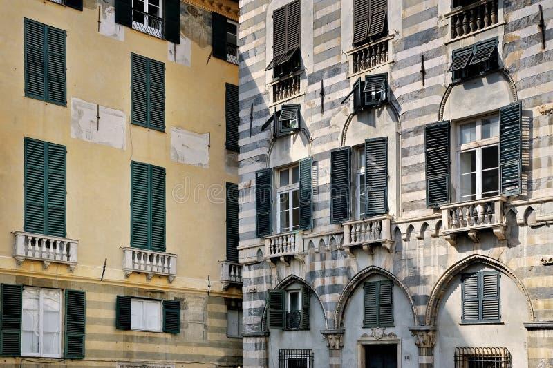 Римские улицы фасадов Генуи стоковые фото