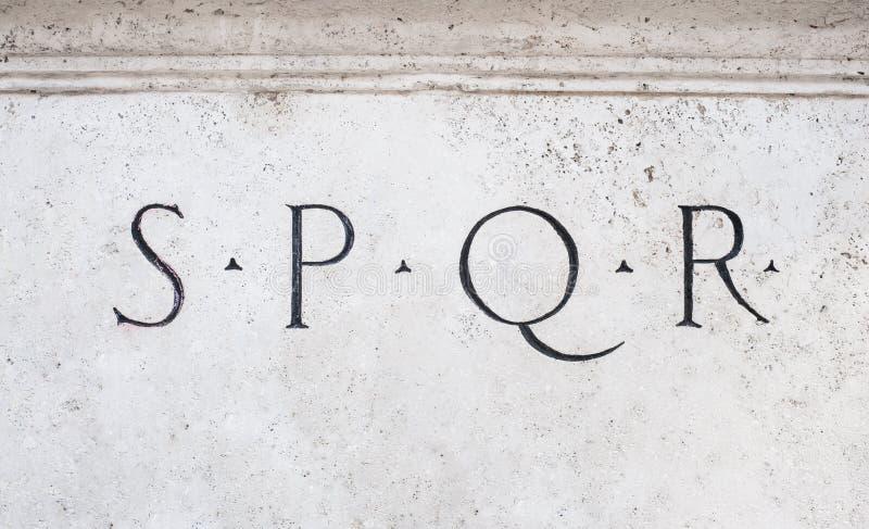 Римский знак SPQR символа на белом мраморе стоковое изображение