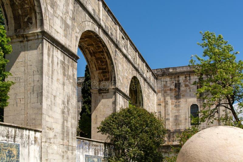 Римский мост-водовод воды в Лиссабоне стоковая фотография rf