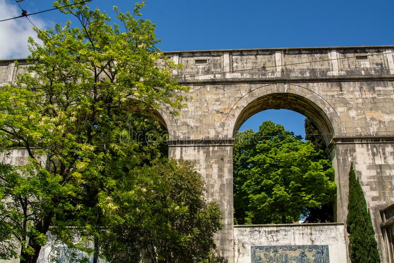 Римский мост-водовод воды в Лиссабоне стоковое фото