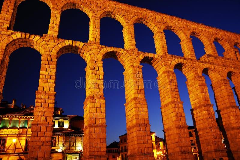 Римский мост-водовод Сеговии на ноче - самого важного архитектурноакустического ориентир ориентира Сеговии стоковые изображения rf