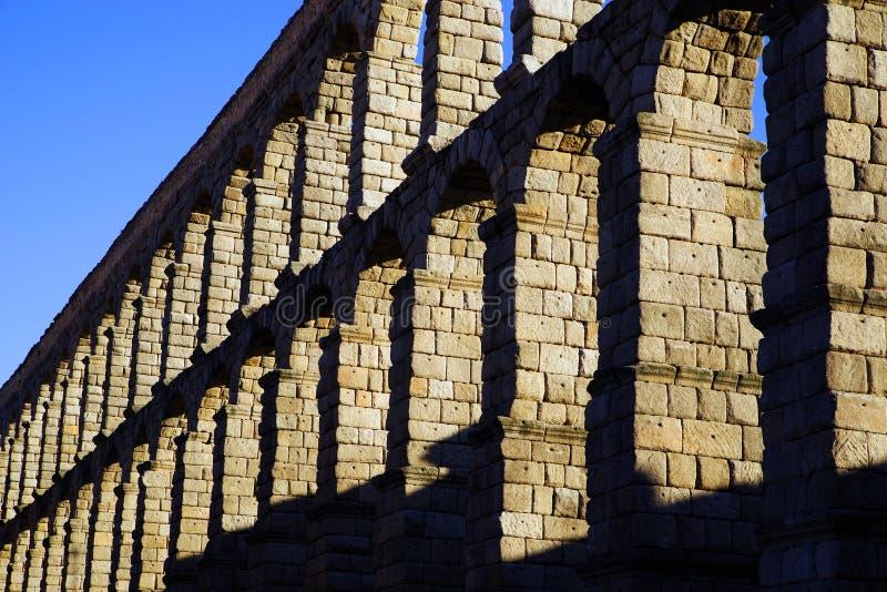 Римский мост-водовод Сеговии - самый важный архитектурноакустический ориентир ориентир Сеговии стоковое изображение rf