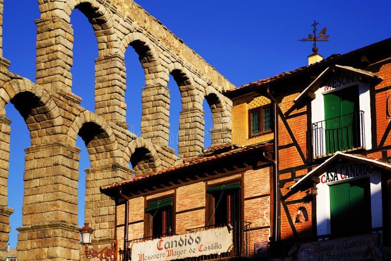 Римский мост-водовод Сеговии - самый важный архитектурноакустический ориентир ориентир Сеговии стоковая фотография