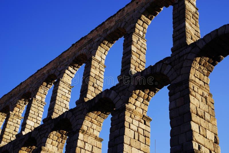 Римский мост-водовод Сеговии - самый важный архитектурноакустический ориентир ориентир Сеговии стоковое изображение