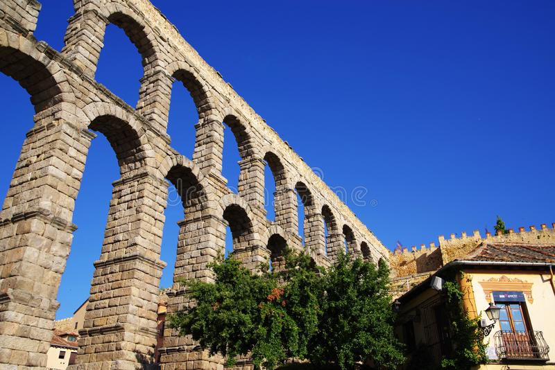 Римский мост-водовод Сеговии - самый важный архитектурноакустический ориентир ориентир Сеговии стоковые изображения