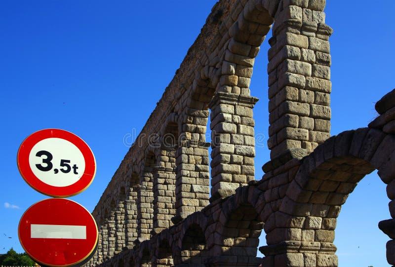 Римский мост-водовод Сеговии - самый важный архитектурноакустический ориентир ориентир Сеговии стоковое фото rf