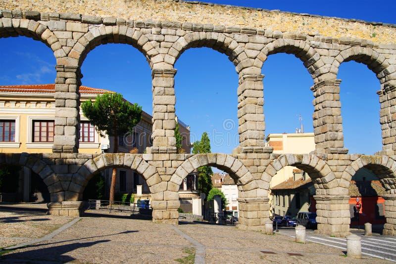 Римский мост-водовод Сеговии - самый важный архитектурноакустический ориентир ориентир Сеговии стоковые изображения rf