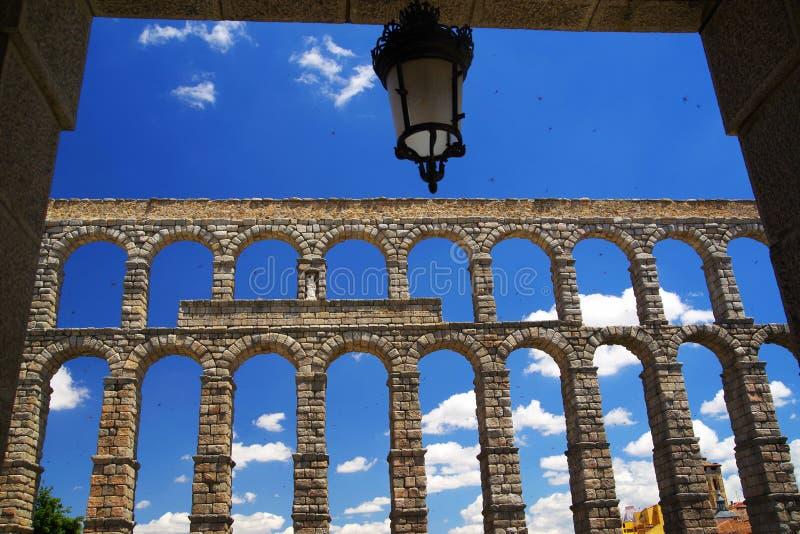 Римский мост-водовод Сеговии - самый важный архитектурноакустический ориентир ориентир Сеговии стоковые фото