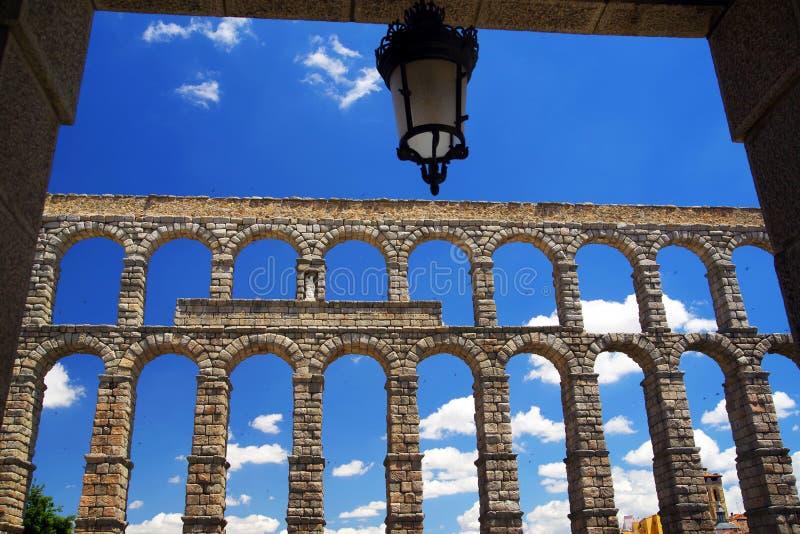 Римский мост-водовод Сеговии - самый важный архитектурноакустический ориентир ориентир Сеговии стоковые фотографии rf
