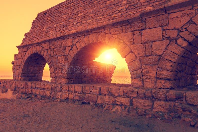 Римский мост-водовод в древнем городе Caesarea стоковые изображения