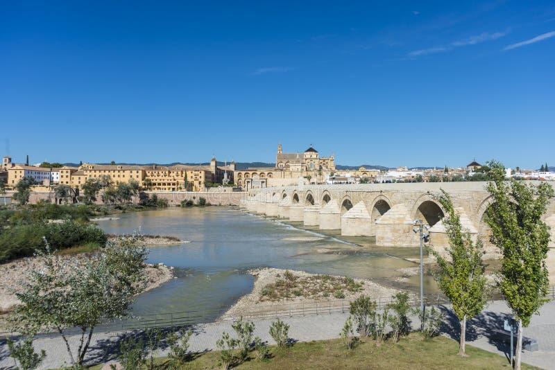 Римский мост в Cordoba, Андалусии, южной Испании стоковая фотография