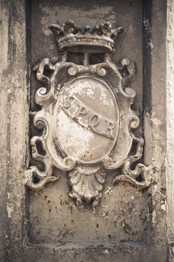 Римский символ SPQR, Рим Италия стоковое изображение