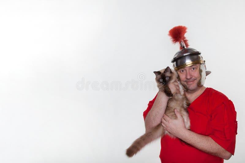 Римский солдат с сиамским котом стоковые фотографии rf