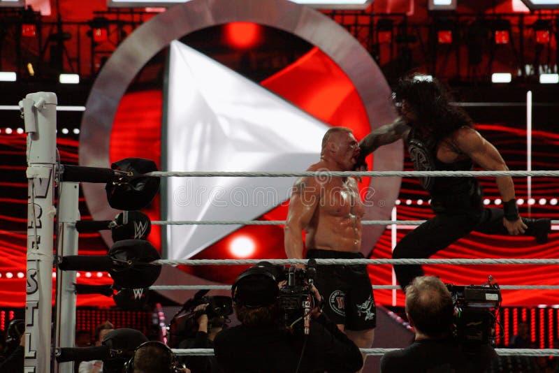 Римский супермен царствований пробивает чемпиона Brock Lesner WWE в f стоковое изображение