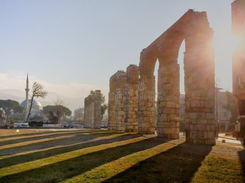 Римский трубопровод мост-водовода с каменными столбцами в selcuk, ephesus Ar стоковая фотография rf