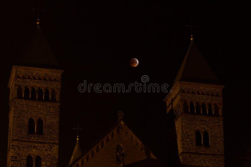 Римский фасад церков с затмением луны стоковое фото