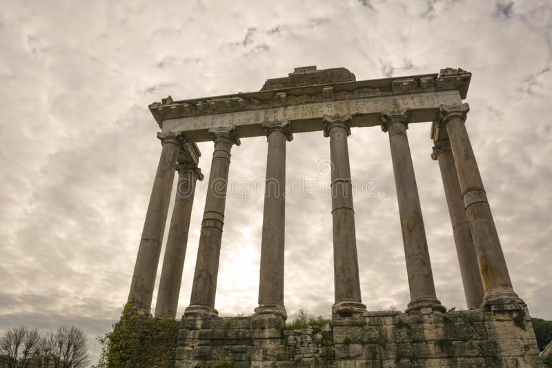 Римский форум Храм Сатурна руин в Риме, Италия Древние здания и памятники Италии стоковые изображения