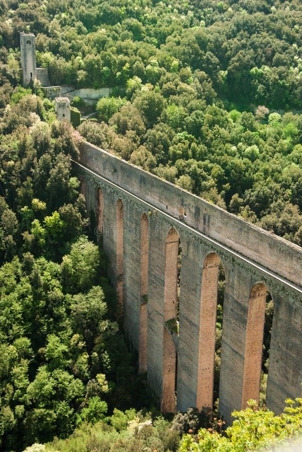 Римское delle Torri calledPonte мост-водовода в Spoleto стоковая фотография