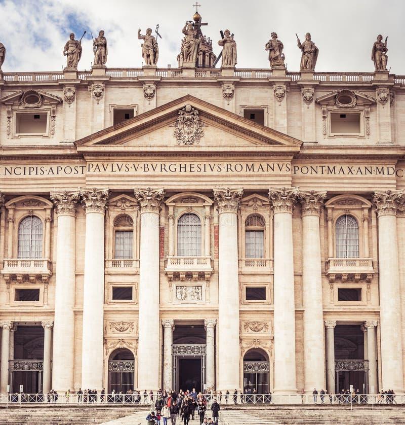 Рим, Италия, декабрь 2018: Статуи Известная колоннада базилики ` s St Peter в Ватикане, Риме, Италии стоковое изображение rf