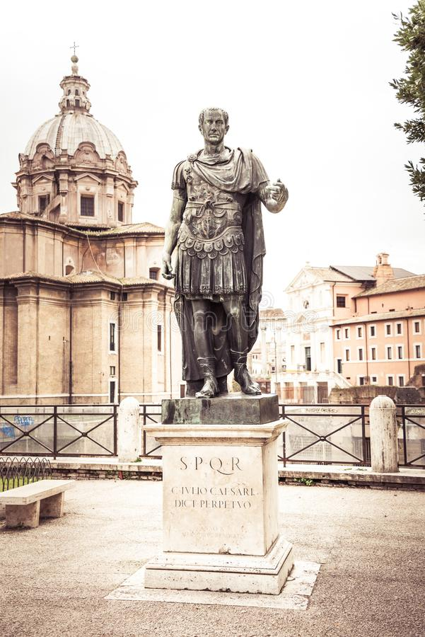 Рим, Италия, декабрь 2018: Форум статуи Рима Жулиус Чаесар стоковое фото rf