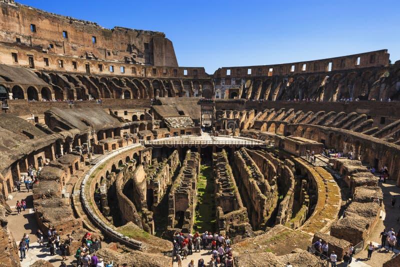 РИМ, ИТАЛИЯ - 2-ОЕ АПРЕЛЯ 2011: Римская архитектура Colosseum взаимо- стоковые изображения rf