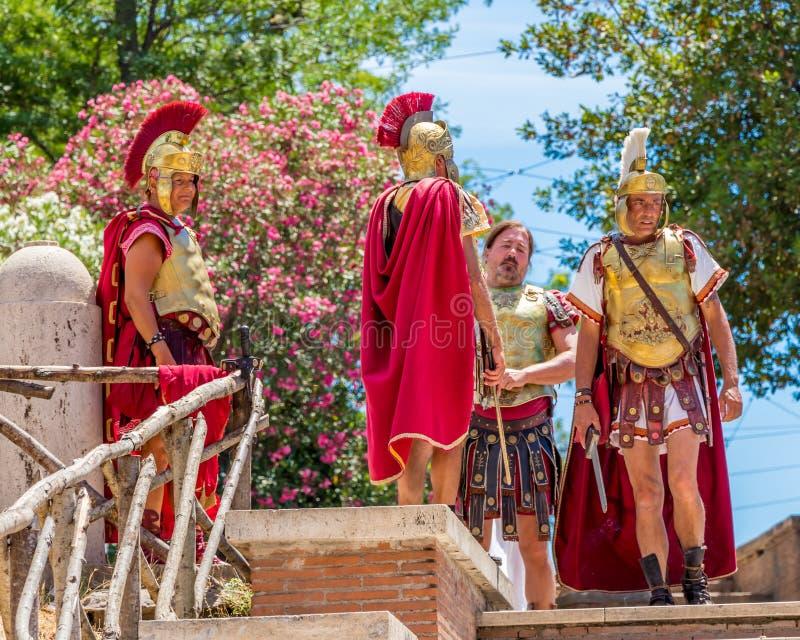 Рим, Италия - 2-ое июля 2017: Римские legionaries улиц ждут туристов, Рима, Италии стоковые изображения