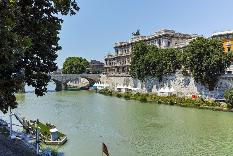 РИМ, ИТАЛИЯ - 22-ОЕ ИЮНЯ 2017: Изумительный взгляд Верховного Суда кассации и реки Тибра в городе Рима стоковое фото rf