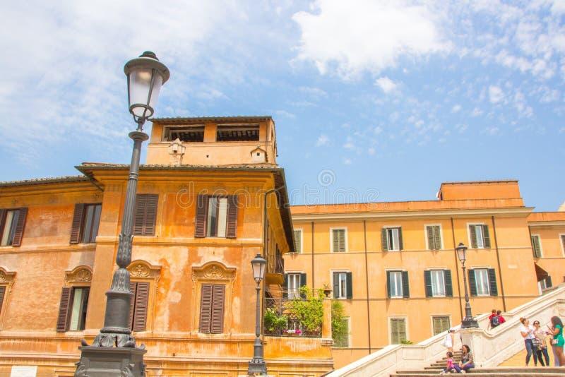 Рим, Италия - 30-ое мая 2018: красивый старый оранжевый римский дом рядом с Испанской лестницей на Аркаде di Spagna стоковая фотография rf